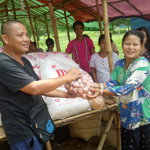 Fr Tuyen distributes aid to refugees in Myanmar 150